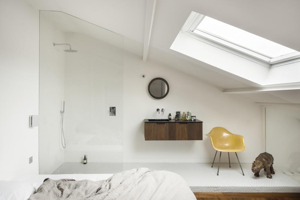 Спальня на мансардном этаже квартиры. Душевая является частью спальни.