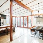 После реконструкции. Кухня была открыта и увеличилась в три раза.