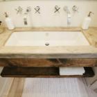 После реконструкции. В ванной была установлена бетонная столешница.
