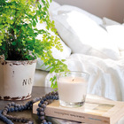 Когда спальня залита солнцем, на прикроватной тумбочке можно выращивать цветы.