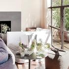 Светлая гостиная с мягкой мебелью.