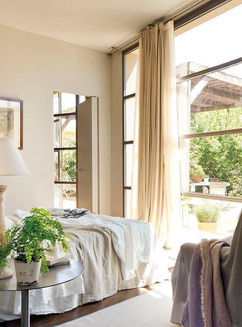 Спальня, как и гостиная имеет одну полностью остекленную стену, что делает ее очень светлым помещением.