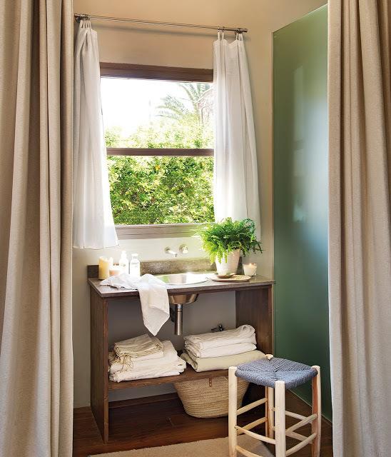 Ванная комната рядом со спальней, от которой она отделена шторами.