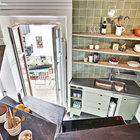 Балкон остается в центре квартиры вне зависимости от того в какой ее части вы находитесь. (квартиры,апартаменты,интерьер,дизайн интерьера,мебель,скандинавский,кухня,дизайн кухни,интерьер кухни,кухонная мебель,мебель для кухни,столовая,дизайн столовой,интерьер столовой,мебель для столовой)