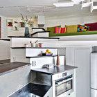 Большую часть нижнего уровня квартиры занимает кухня. Большое количество горизонтальных плоскостей и хорошо подобранные высоты установки кухонных приборов делают небольшую кухню очень удобной для приготовления пищи. (квартиры,апартаменты,интерьер,дизайн интерьера,мебель,скандинавский,кухня,дизайн кухни,интерьер кухни,кухонная мебель,мебель для кухни,гостиная,дизайн гостиной,интерьер гостиной,мебель для гостиной)