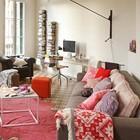 Домашний офис расположился в торце жилой комнаты. Шерстяной плед с рождественским рисунком добавляет рождественского духа в интерьер. (индустриальный,лофт,винтаж,стиль лофт,индустриальный стиль,скандинавский,квартиры,апартаменты,мебель,интерьер,дизайн интерьера,новый год,рождество,средиземноморский,гостиная,дизайн гостиной,интерьер гостиной,мебель для гостиной,жилая комната)