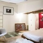 Родительская спальня на втором уровне хорошо освещена через мансардное окно.