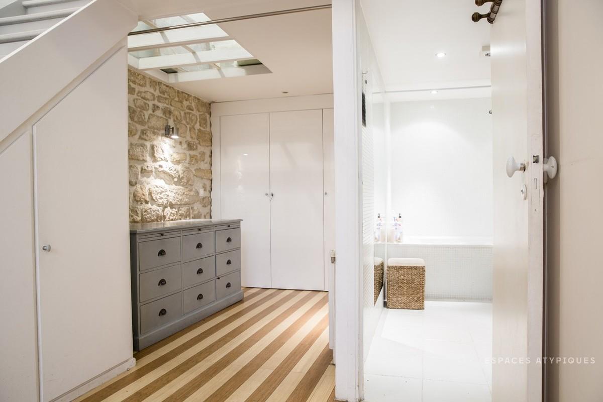 Кабинет рядом с лестницей освещается через окно в потолке и может быть закрыт занавеской