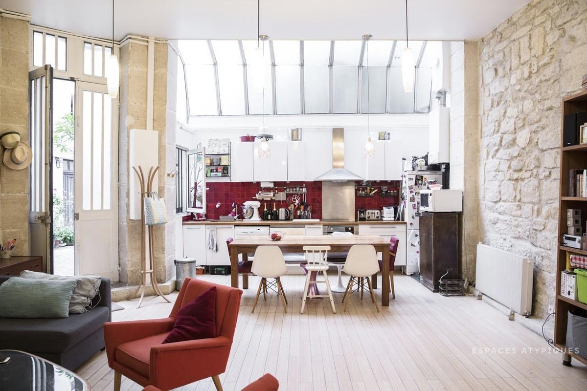 Крыша над кухней остеклена, поэтому на кухне всегда светло и удобно работать