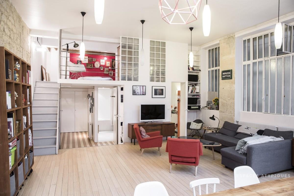 Просторная гостиная с высокими в 3,8 метра потолками