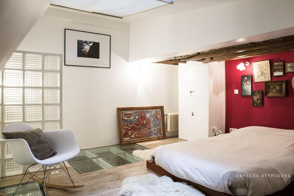 Родительская спальня на втором уровне хорошо освещена через мансардное окно
