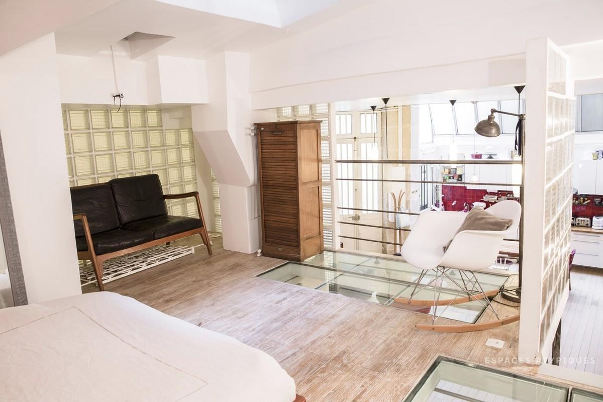 Спальня в мезонине с окном в потолке и остеклением в полу, чтоб осветить кабинет под спальней.
