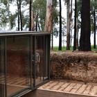 Небольшая дощата терраса ведет к в ходу в дом. (минимализм,архитектура,дизайн,экстерьер,интерьер,дизайн интерьера,мебель,вход,прихожая,фасад)