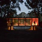 Подсвеченый в вечернее время дом выглядит еще интереснее чем днем. (минимализм,архитектура,дизайн,экстерьер,интерьер,дизайн интерьера,мебель,на открытом воздухе,патио,балкон,терраса,фасад)