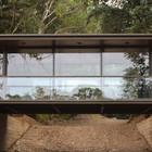 Прозрачное ограждение террасы со стороны озера не загораживает роскошный вид.