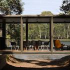 Прозрачный дом растворяется в окружающем ландшафте.