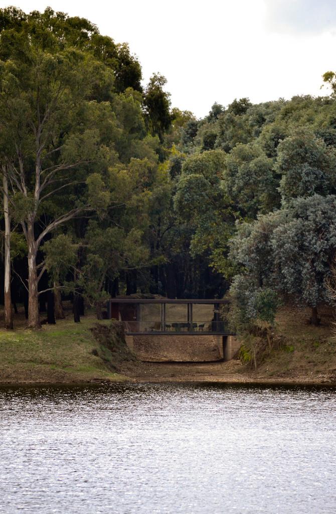 Дом-мост на берегу озера.
