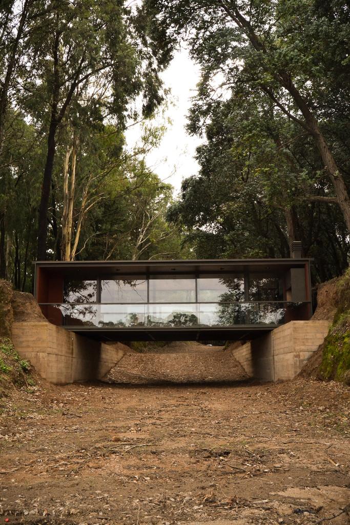 Остекленный фасад открывает вид на озеро.