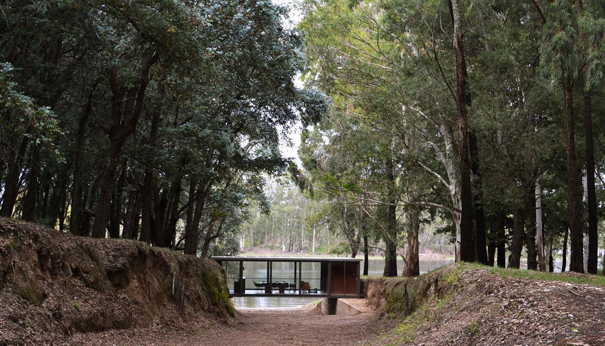 Старая дорога ведет к дому и озеру.