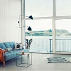 Часть окна гостиной можно сдвинуть и тогда гостиная превращается в террасу. (скандинавский,современный,архитектура,дизайн,экстерьер,интерьер,дизайн интерьера,мебель,маленький дом,гостиная,дизайн гостиной,интерьер гостиной,мебель для гостиной)