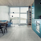 Просторная и светлая жилая комната, особенно для такого компактного дома, включающая в себя гостиную, столовую и кухню. (скандинавский,современный,архитектура,дизайн,экстерьер,интерьер,дизайн интерьера,мебель,маленький дом,кухня,дизайн кухни,интерьер кухни,кухонная мебель,мебель для кухни,гостиная,дизайн гостиной,интерьер гостиной,мебель для гостиной,столовая,дизайн столовой,интерьер столовой,мебель для столовой)
