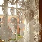 Бумажные снежинки на окне могут компенсировать отсутствие снега на улице. Они недорогие и их можно сделать вместе с детьми.