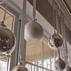 Елочные шары на ленточках подвешенные на карниз для штор.