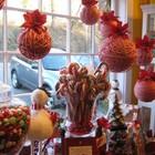 Очень необычно украшенное сладостями окно. Особенно впечатляют самодельные украшения в виде моточков из красной и белой шерсти.