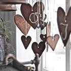 Печенье в виде сердечек и хвойная веточка может украсить новогоднее окно