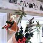 Рябина в горшочках и хвоя на прищепках создают атмосферу нового года в стиле лофт.