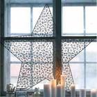 Свечи на подоконнике и традиционная для скандинавского рождества звезда.
