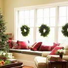 Традиционные рождественские венки лучше смотрятся комплектом, особенно на большом окне.