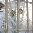 Зеркальные шарики весящие на окне будут блестеть на солнце создавая праздничную атмосферу.
