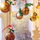Золотистые шарики подвешенные на карниз - простое и эффектное решение.