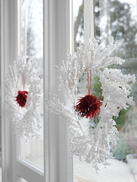 Белые венки органично воспринимаются на окне и выглядят очень празднично.