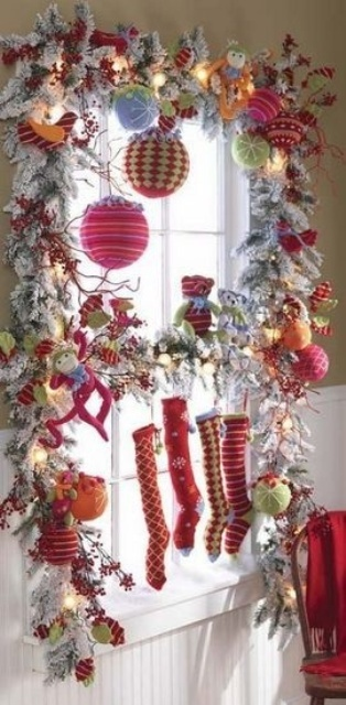 Богато украшенное окно с чулочками для подарков от Санты, Деда мороза или Св. Николая (или от всех сразу)..