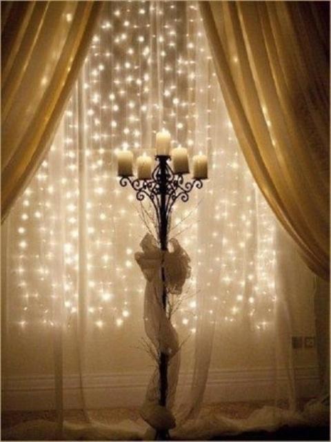 Что может быть наряднее окна украшенного светодиодной гирляндой.