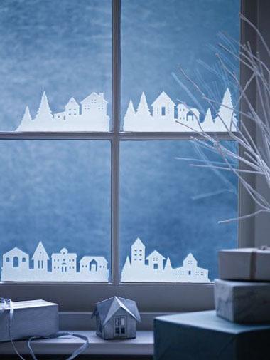 Фигурки вырезанные из бумаги отлично смотрятся на окне, особенно в вечернее время.