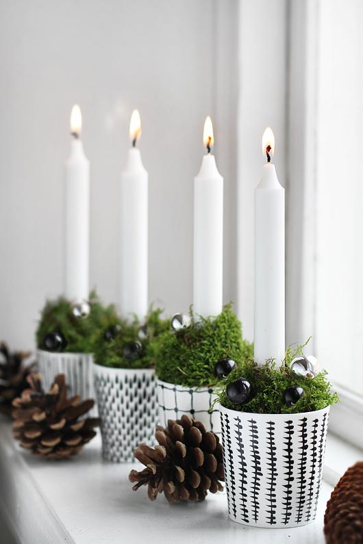 Горшочки со свечками и шишки украсят любое окно.