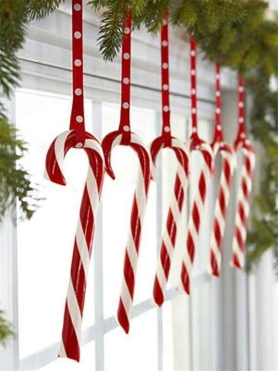 Хвойная гирлянда и конфеты - настоящий новогодний декор.