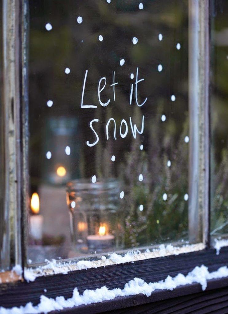 Окно можно разукрасить белым маркером, что-то написать. Композицию дополнят свечи.