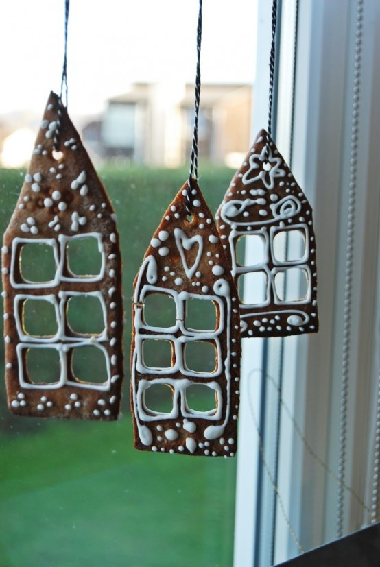 Окно можно украсить домашним печеньем.