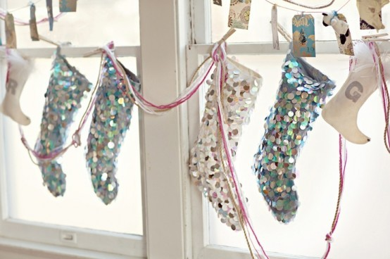 Окошко украшенное чулочками для подарков.
