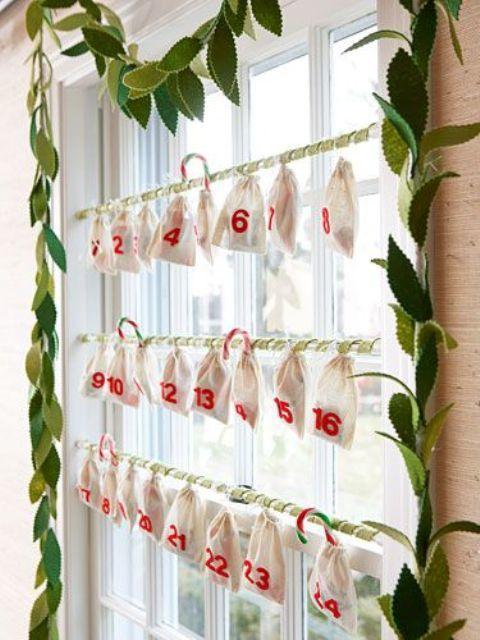 Превратите окно в праздничный календарь. Это сделает ожидание праздников более увлекательным.