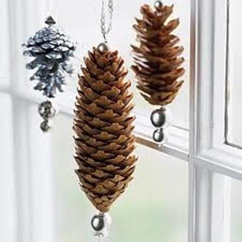 Шишки можно дополнительно украсить, чтоб они смотрелись еще лучше и празднично.