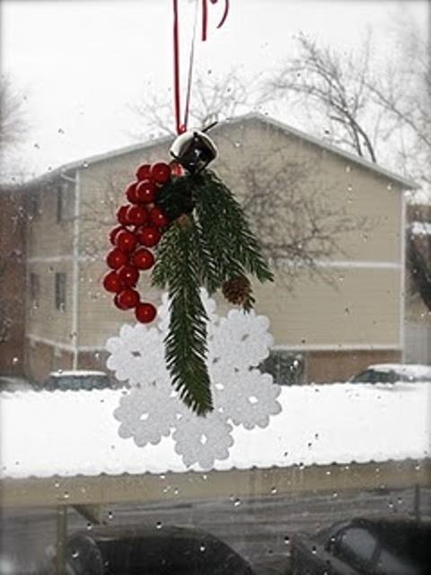 Снежинка, хвоя и веточка рябины.