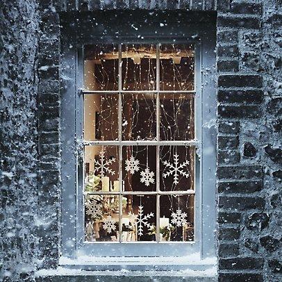 Снежинки на окне и снежинки за окном.