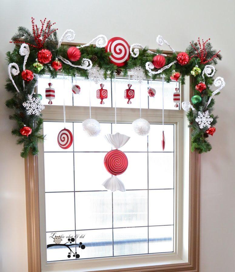 Традиционный новогодний декор на окне.