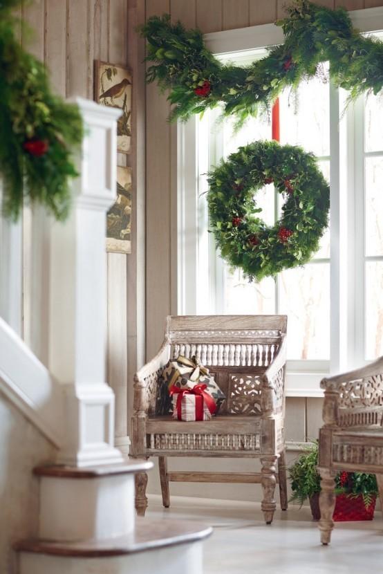 Венки и хвойные гирлянды с красными лентами являются традиционным новогодним декором.