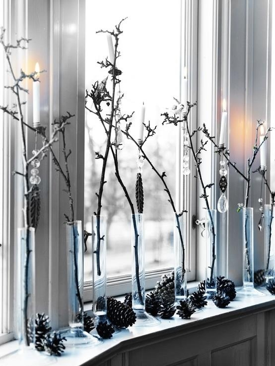 Веточки украшенные хрусталем, шишки и свечки создают праздничную атмосферу на этом окне.